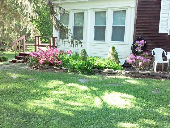 Hillsdale, NY: Office front garden