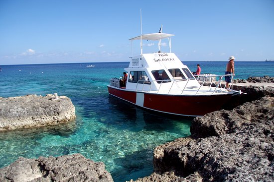 Cayman Islands: Sunset divers boat
