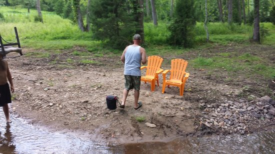 Nellysford, Вирджиния: Enjoy the chairs and put your feet in the creek