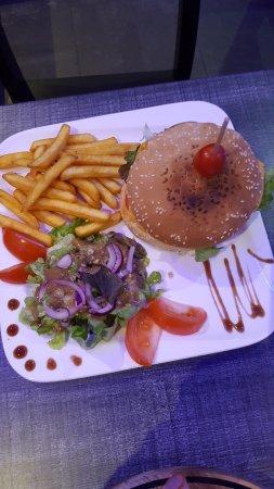 L'ekinox bar: buger maison accompagnement frite salade excellent