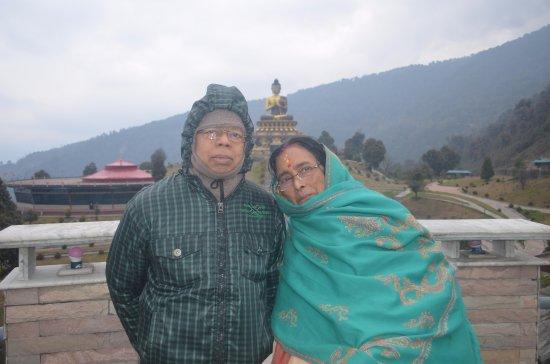Bagdogra, Ινδία: Parents at the Buddha park, Ravangla, Sikkim..