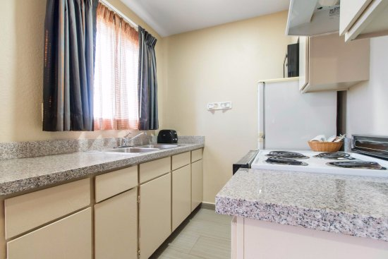 Quality Inn & Suites Redwood Coast: Single King Bed Suite Kitchen
