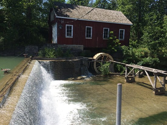 St. Catharines, Canadá: Decew Falls and hiking trails.  Also, a working mill and a late pioneer museum.