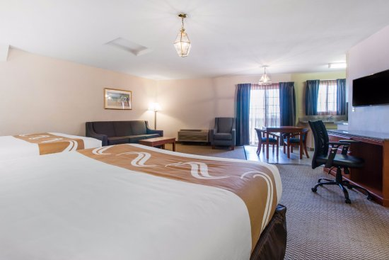 Quality Inn & Suites Redwood Coast: Double King Bed Suite - With Kitchen & Jacuzzi