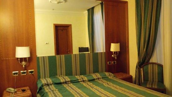Hotel Regio: Vue de la chambre bien isolée et climatisée
