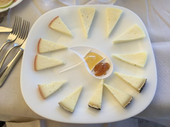 Ristorante Villa Nottola: Antipasto di formaggi stagionati, semistagionati e freschi