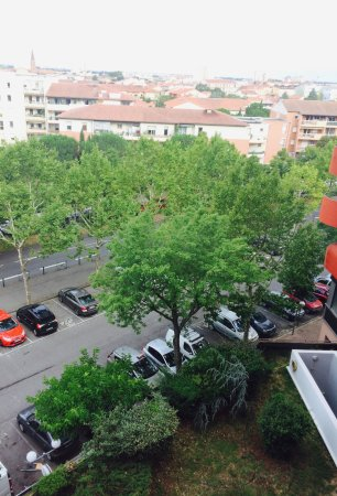 Ibis Budget Toulouse Centre : Parking openbare weg.