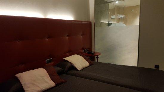 Hotel Campoamor: Mampara de cristal, separación con el baño