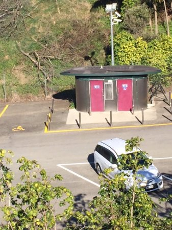 Papamoa, New Zealand: toilets in parking lot available
