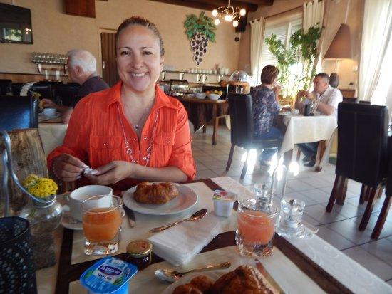 Montmarault, France: breakfast time un super buffet de desayuno incluido en la tarifa.