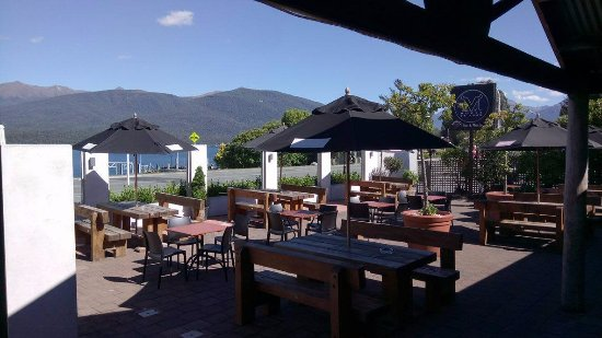 The Moose Bar & Restaurant: Outdoor area overlooking the lake