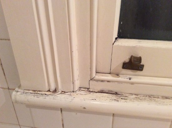 Manor House Boutique Hotel Sydney: Window sill rotting in bathroom