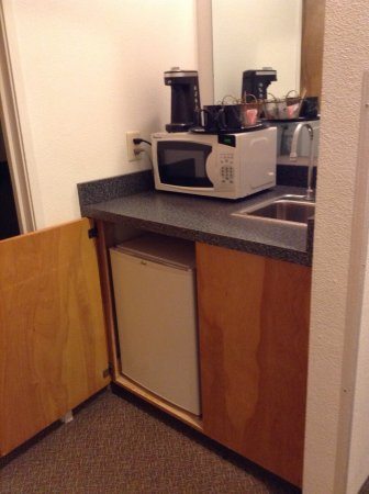 Boardman, OR: Wet bar area:fridge, microwave, coffee maker.