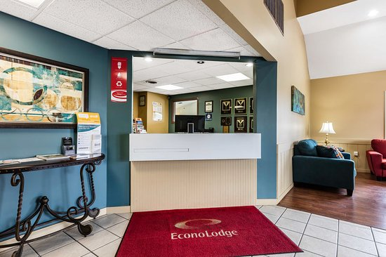 Econo Lodge Inn and Suites : Lobby