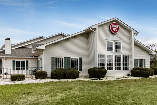 Econo Lodge Inn and Suites : Exterior