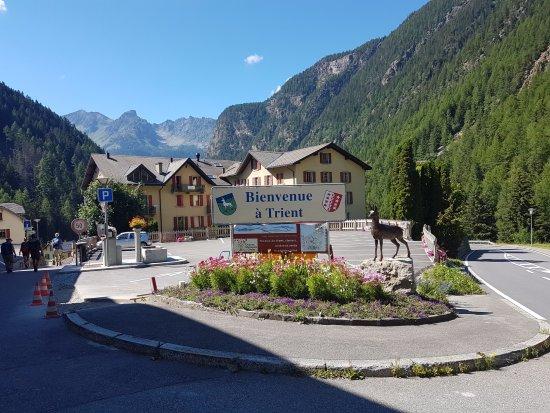 Auberge Mont-Blanc Trient : Entrando na cidade