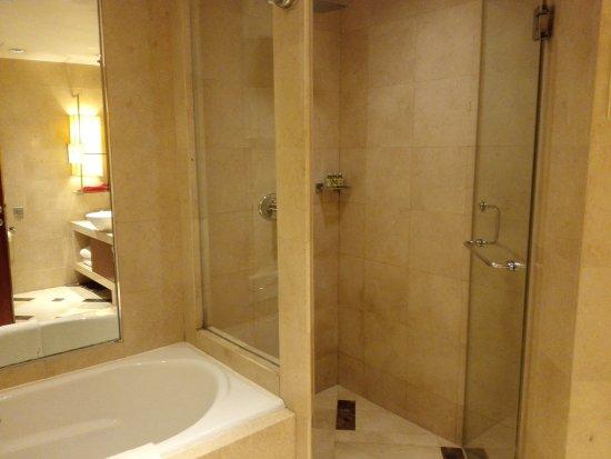 Kuntai Royal Hotel : Spacious bathroom, separate shower/tub