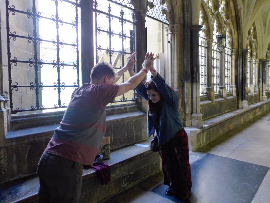 Londonna Tour Guide: Demonstration of the flying buttresses, a la Donna