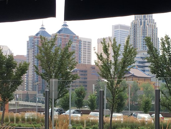 Kensington Riverside Inn: View from The outdoor patio.