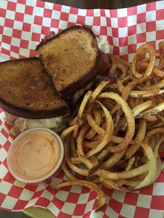 Kendall Mountain Cafe: Rueben and homemade spiral fries