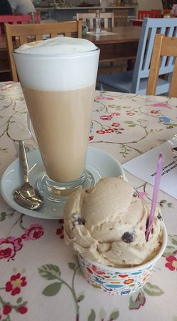 Forton, UK: Latte and rum and raisin