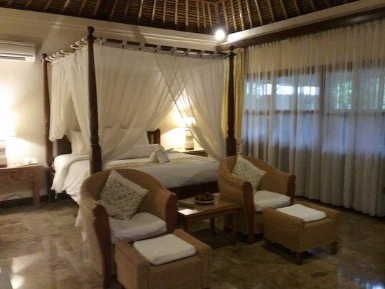 Alam KulKul Boutique Resort: Traditional, mossie net, thatch roof, marble floor