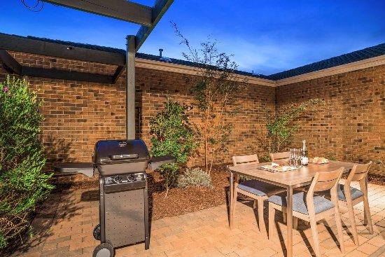 Brighton, Australia: Private Outdoor Entertaining & BBQ area