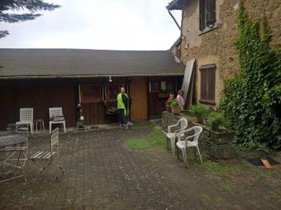Faverges, France : entrée de la grange et bâtiment...