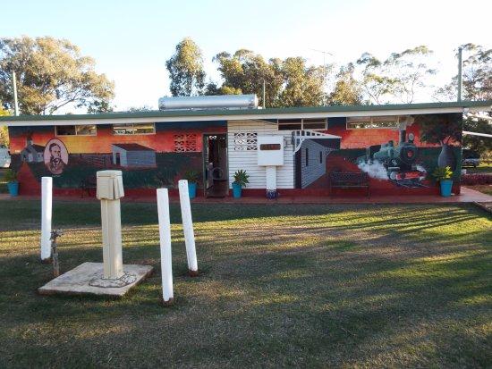 Bell, Australien: Great Murals on the amenities block.