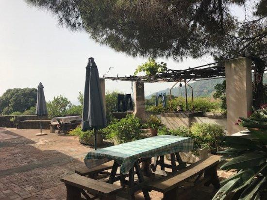 Agriturismo Il Limoneto: tavoli davanti ad altre camere