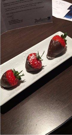 Radisson Blu Edwardian Sussex Hotel: Complimentary chocolate strawberries!