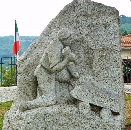 Pella, Italy: Monumento allo scalpellino