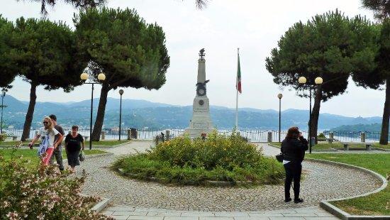 Pella, Italy: Panorama con monumento ai caduti