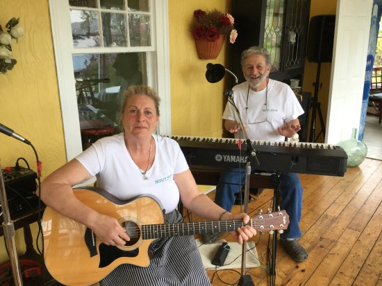 Smith's Cove, Canadá: Innkeepers playing music in morning (Joanne & Albert)