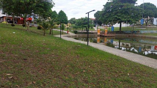 Macapa, AP: Lago, gramado e deck do pedalinho ao fundo