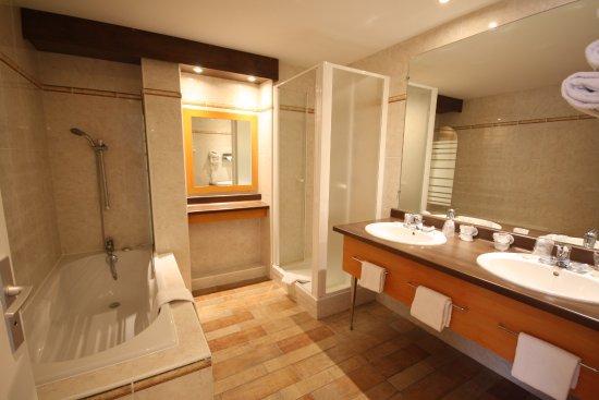 Salle de bain suite - Picture of Kyriad Tours - Saint Pierre ...