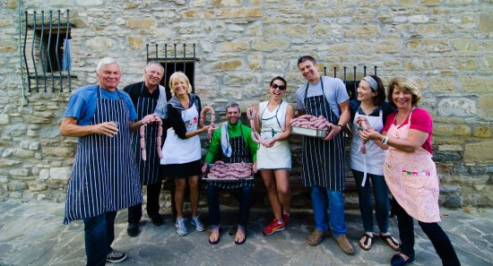 Sant'Angelo in Vado, Italien: Sausage making with guests