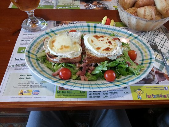 Itteville, France : Salade aux chèvres chaud. grande taille un régal.