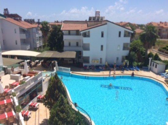 Park Side Hotel: Вид из номера: внутренний двор с бассейном и террасой
