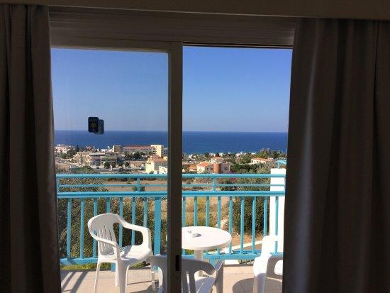 Sunny Hill Hotel Apartments: Vue de la chambre sur la terrrasse et la mer.