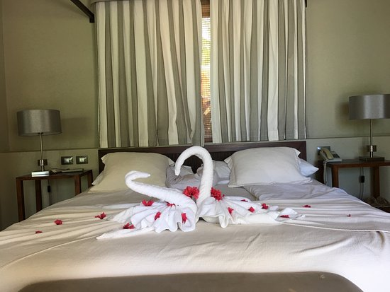 Le Sivory By PortBlue Boutique Hotel: Romantic Swans on King-Size Bed