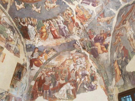 Paganica, Italia: Affreschi