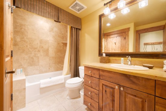 The Lexington at Jackson Hole: Grand View Studio Guest Bathroom