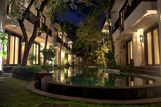 Seminyak Town House: The Pool View at night