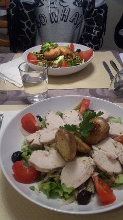 Le Napoli: Une salade poulet et une autre végétarienne