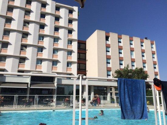Ibis Styles Arles Palais des Congrès : Vues des bâtiments depuis la terrasse de la piscine.