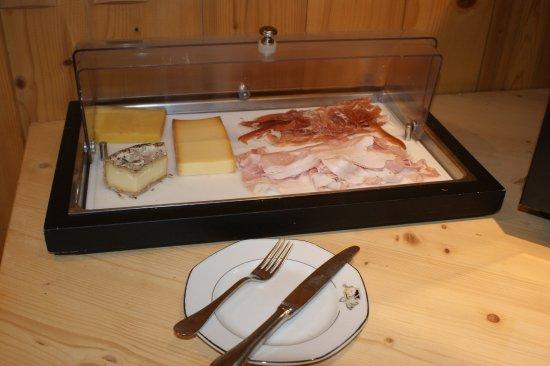Marigny-Saint-Marcel, France: Fromages régionaux, jambons cuit et cru