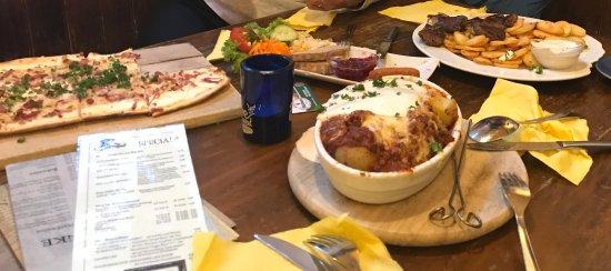 Schlappen: Patatas a la boloñesa + cordero asado con patatas + flamunchen de bacon + ensalada (gratis) = 39
