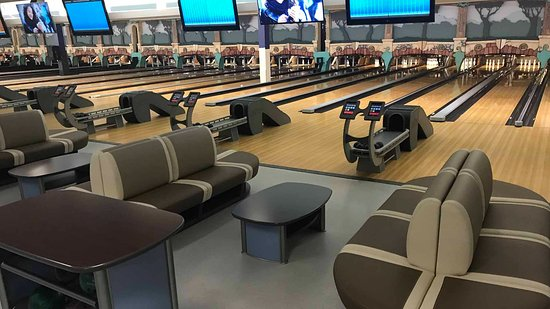 Oshawa, Canadá: Couch seating! Making your bowling experience even better.