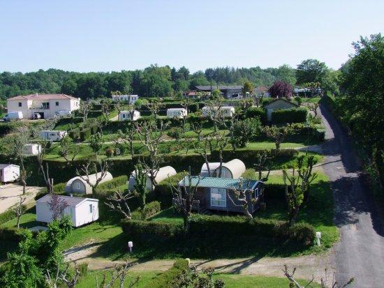 Villefranche-du-Perigord, France: Camping en terrasses, emplacements délimités par des haies